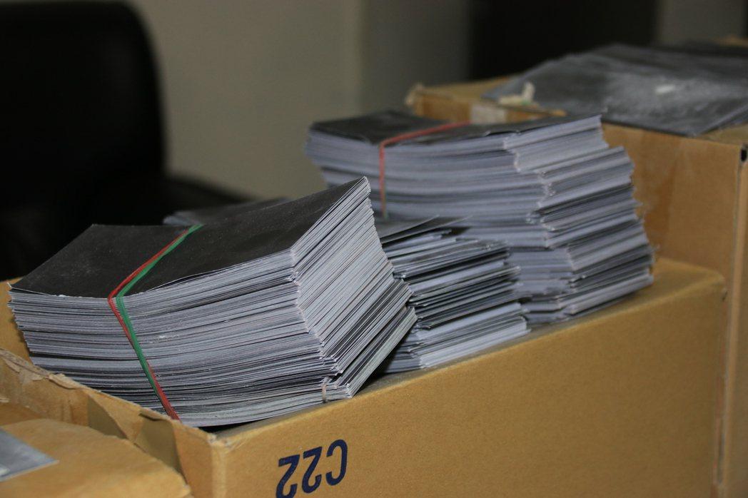 嫌犯利用將自製的黑色鈔票,混充在整疊普通黑紙中,佯稱整箱有價值300萬元的美金。...