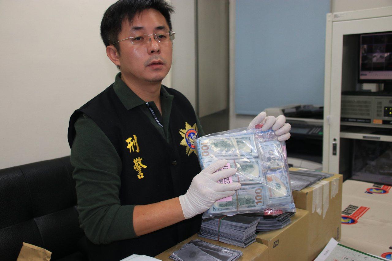 警方昨天瑞芳車站查獲逮到Richards,在他身上查獲10萬元美金。記者曾健祐/...