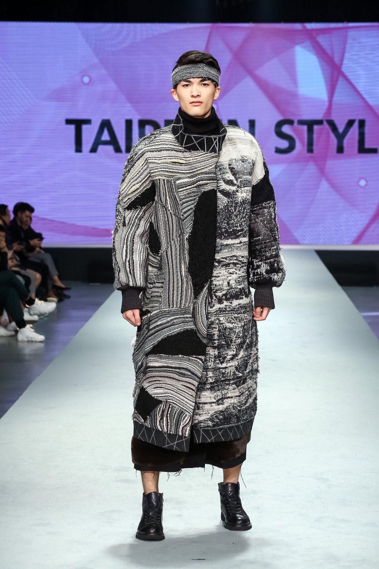 伊林模特紀璽安身穿設計師湯俊翔設計服為2017台北魅力展走秀。圖/紡拓會提供