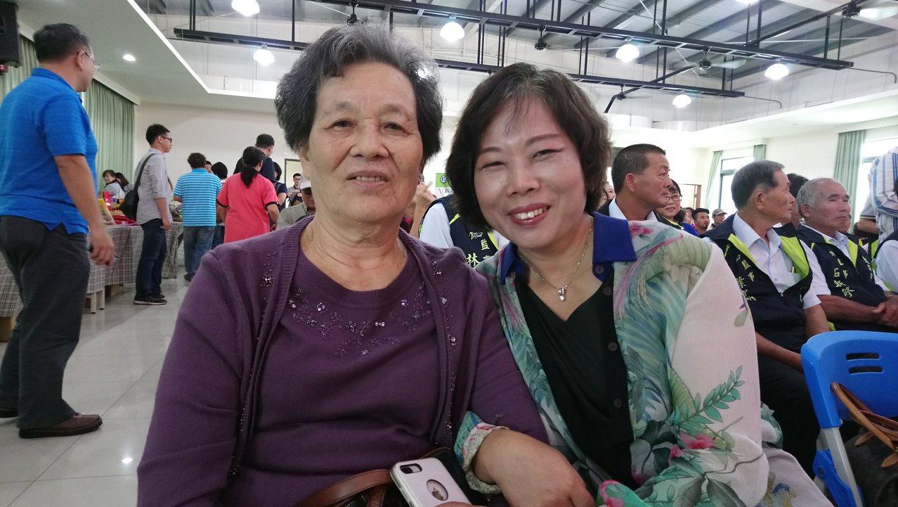 種稻近70年的阿嬤張沈勸(左),今天由媳婦黃麗琴陪同到場領獎。記者卜敏正/攝影