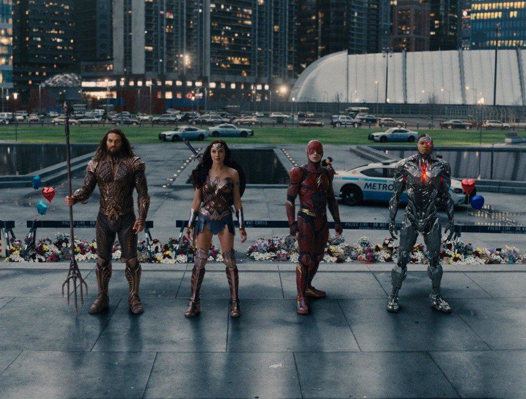 「正義聯盟」首度集結蝙蝠俠、神力女超人及閃電俠等眾多超級英雄齊聚一堂。圖/華納兄