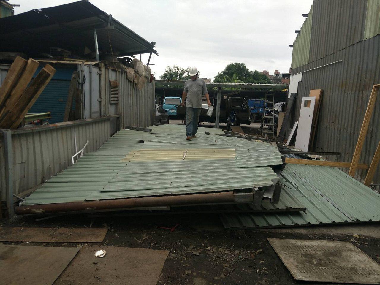 新北市政府強制拆除被查獲經營職業賭場的違章鐵皮屋。 圖/警方提供
