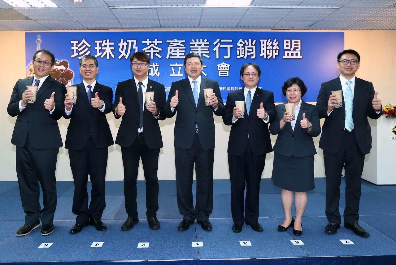 珍奶行銷聯盟正式成立,承恩食品總經理柳繼勝(左起)、貿協行銷專案處處長陳英顯、連...