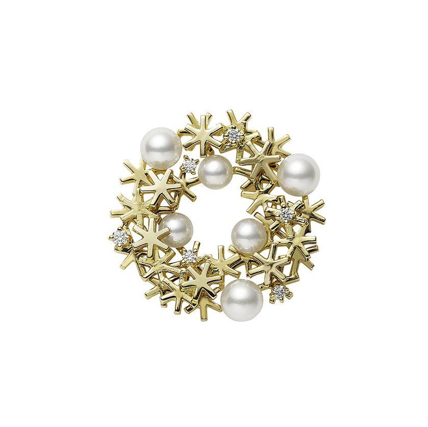日本Akoya珍珠18K黃金耶誕花圈胸針,62,000元,全台限量20件。圖/M...