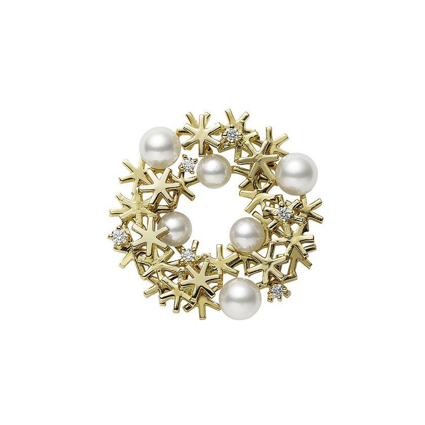 日本Akoya珍珠18K黃金耶誕花圈胸針,62,000元。圖/MIKIMOTO提...