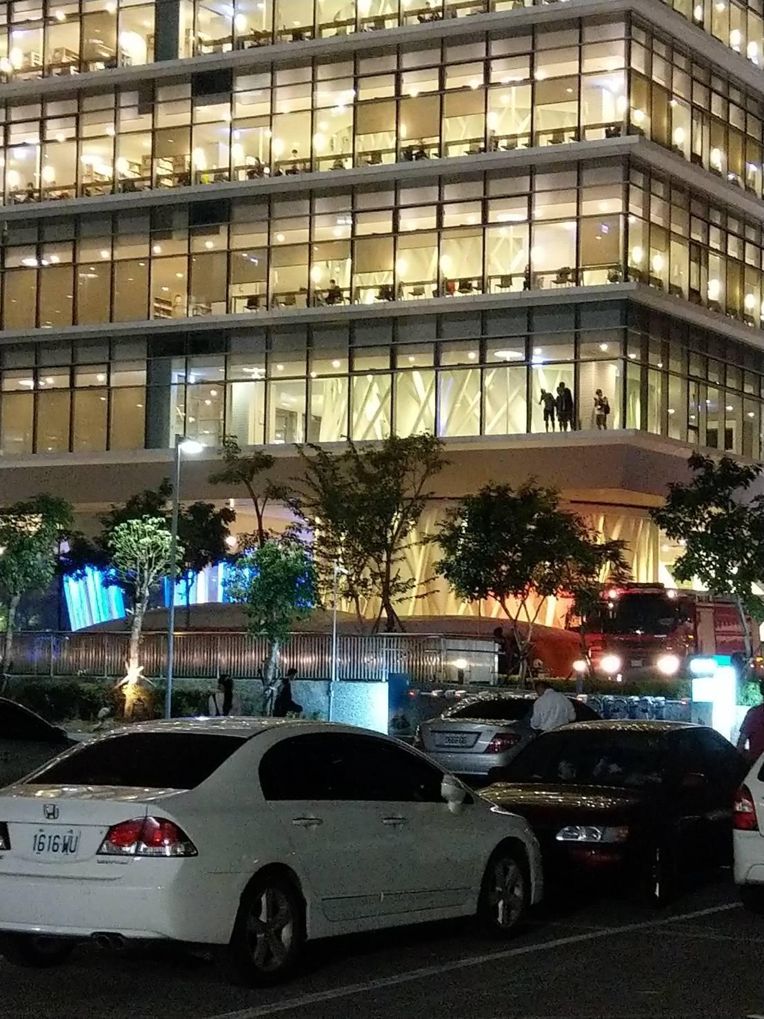 有女子今天傍晚在高市立圖書館總館頂樓徘徊。圖/高市議員陳美雅服務處提供