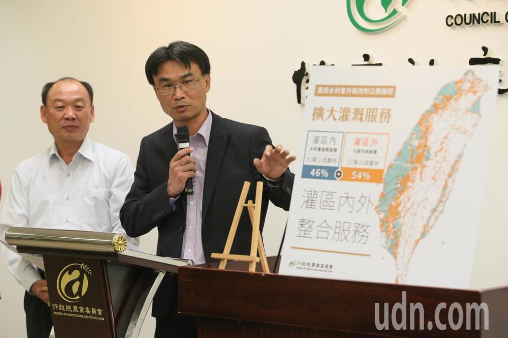 水利會改制官派惹議,農委會副主委陳吉仲(右)此案可讓台灣的灌溉服務更臻完善、提升...