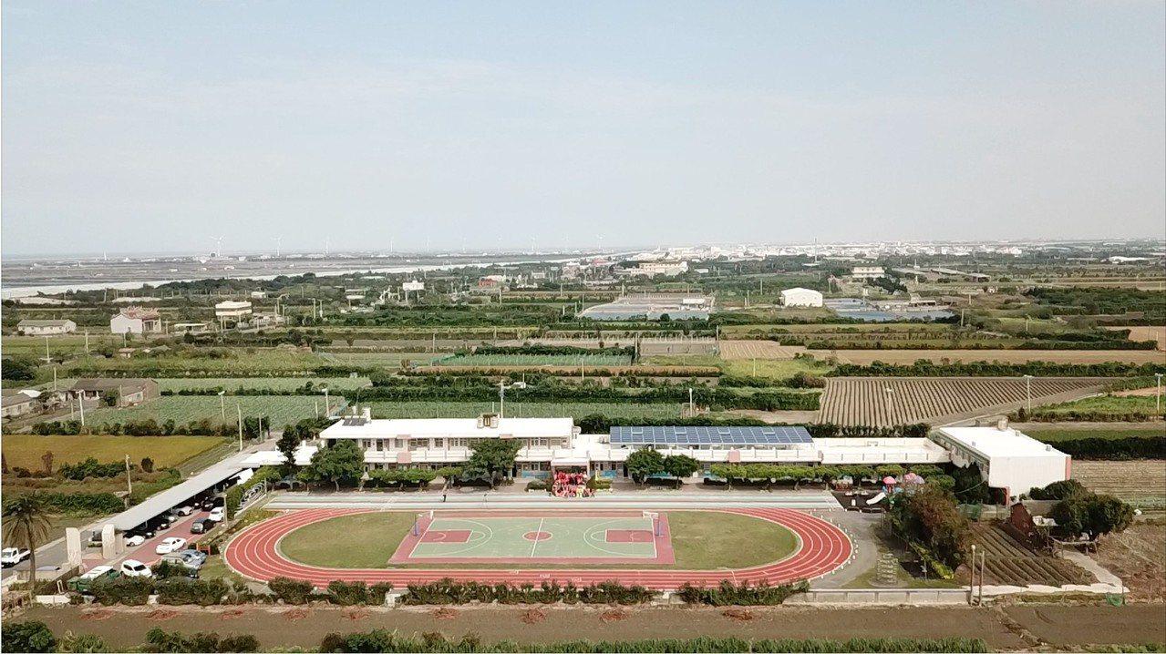 育華國小總務主任陳柏寧學以致用,今天利用空拍機為學校記錄珍貴的畫面。圖/陳柏寧提...
