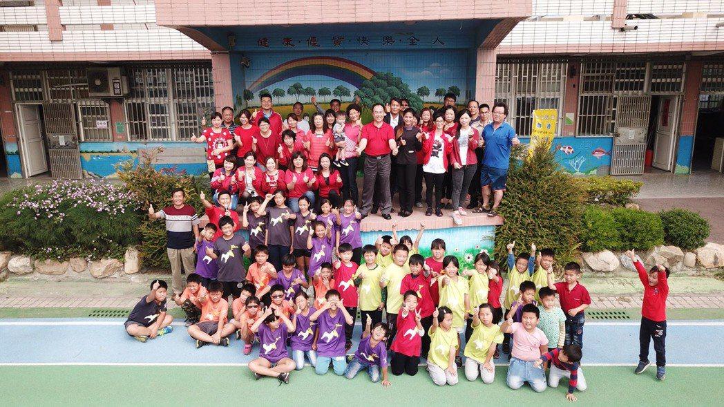 育華國小總務主任陳柏寧學以致用,今天利用空拍機拍下師生大合照,為學校記錄珍貴的畫...