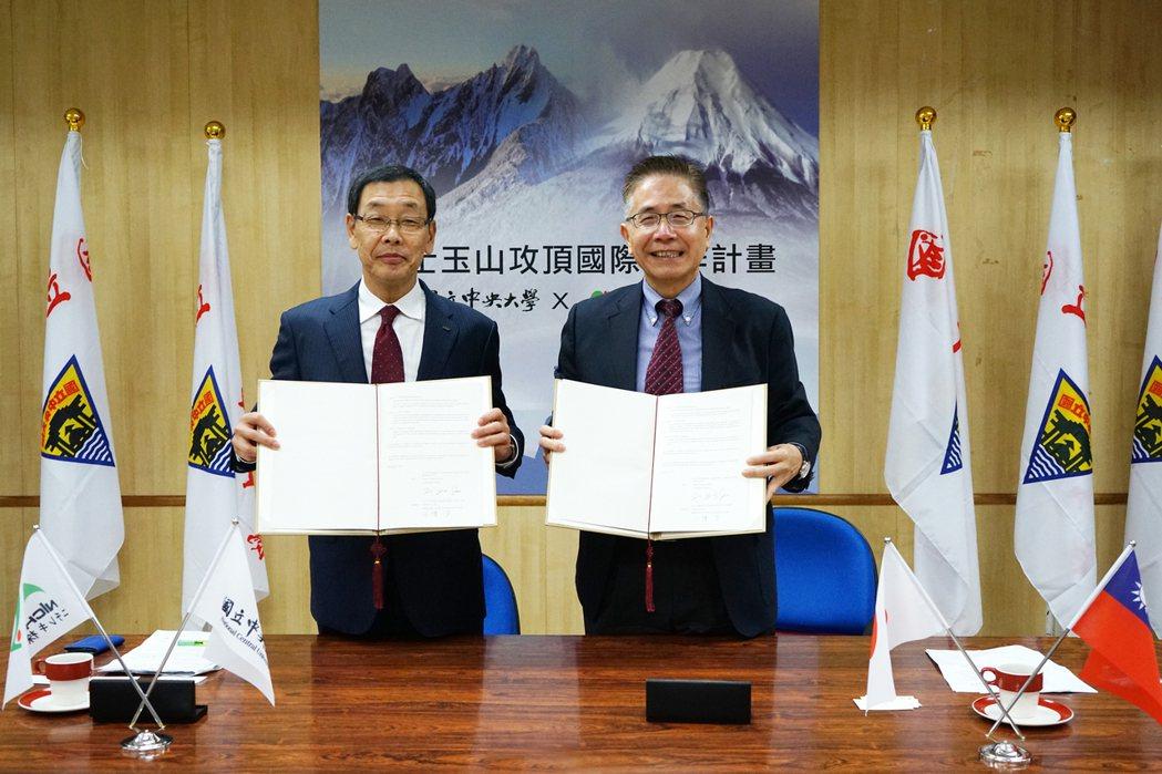 中央大學校長周景揚(右)與日本日瀝株式會社社長小幡 学(左)簽署「富士玉山攻頂國...