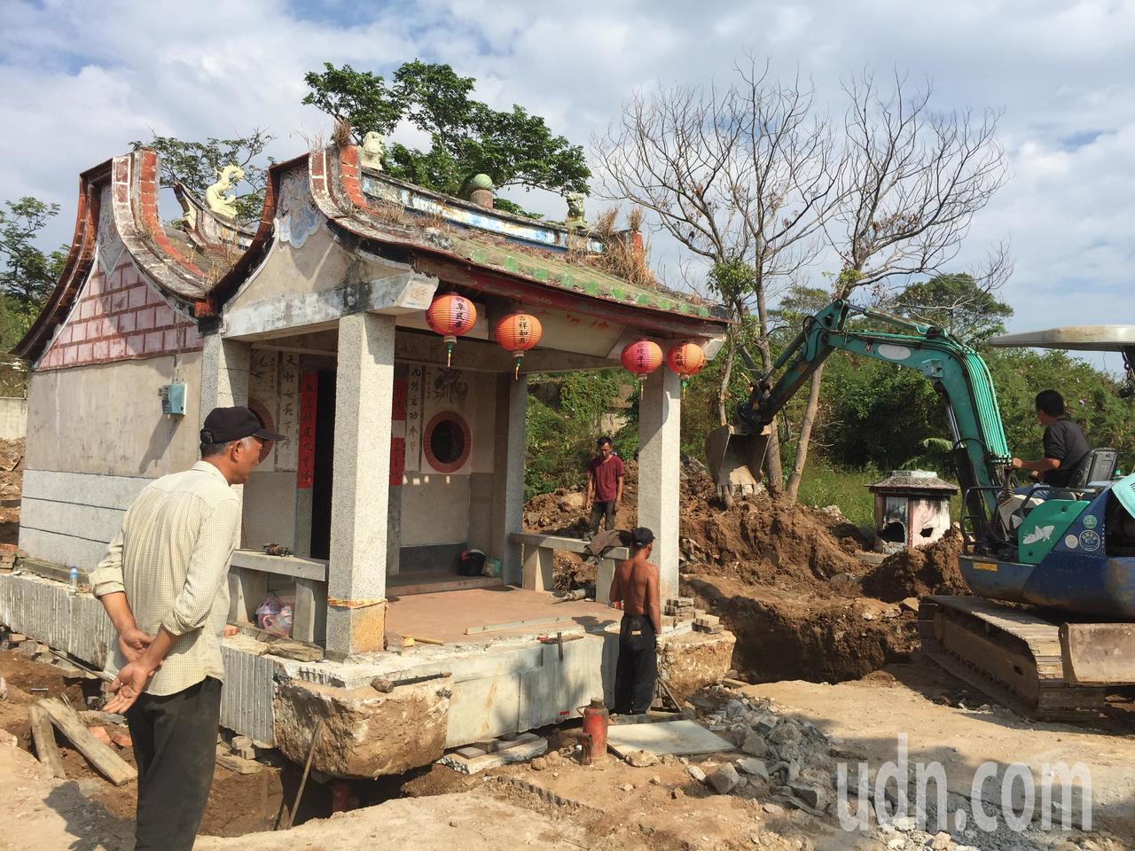 將近半世紀歷史的東林佛祖廟最近進行搬遷作業,台灣的工程團隊把廟的地基加固撐高。記...