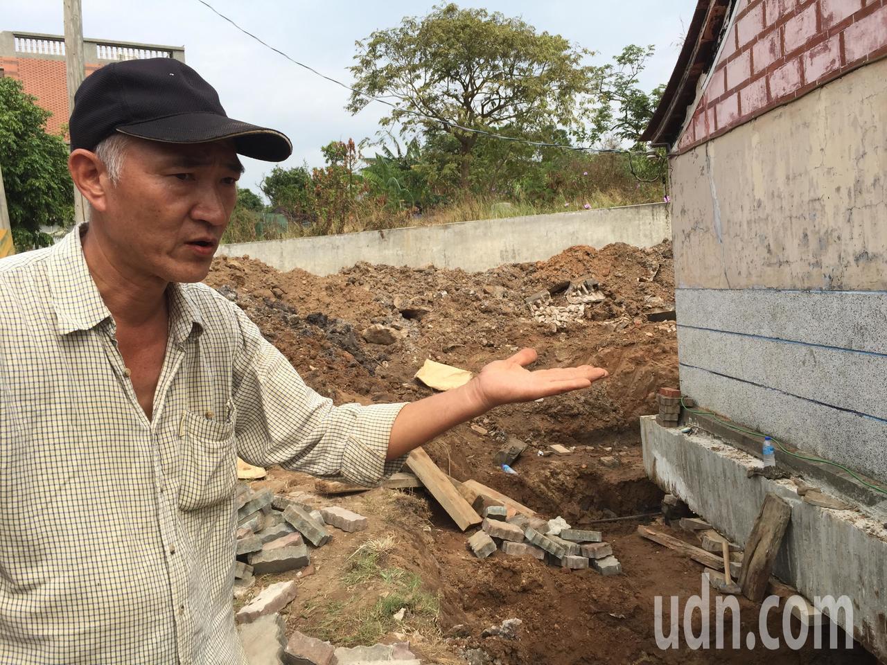 從事廟宇、房屋搬遷工程將近30年歷史的陳慶霖說明工法施做。記者蔡家蓁/攝影