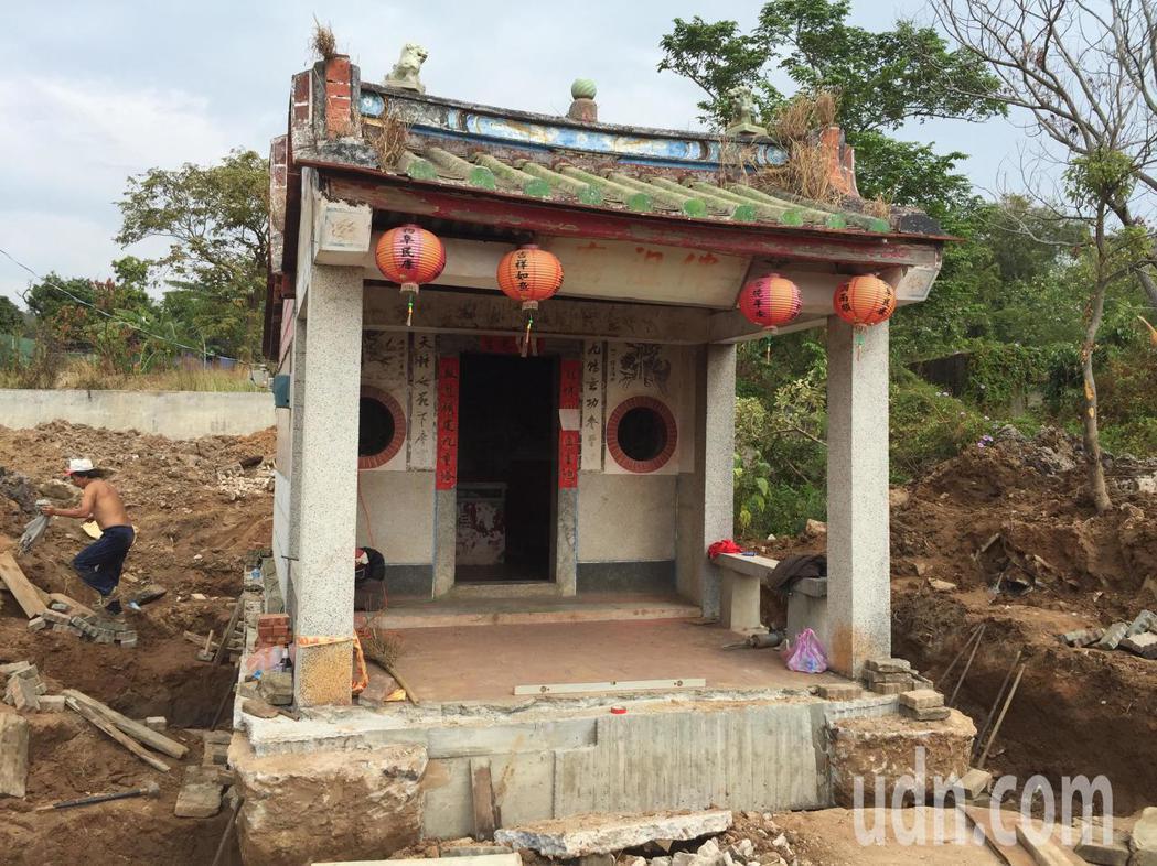 有將近半世紀歷史的佛祖廟是當地的信仰中心,對於這項搬家任務,村民都很開心。記者蔡...