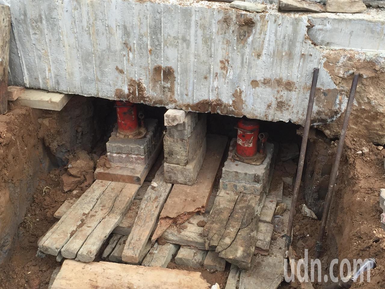 東林佛祖廟的地基整個加固、抬高,工程繁瑣。記者蔡家蓁/攝影