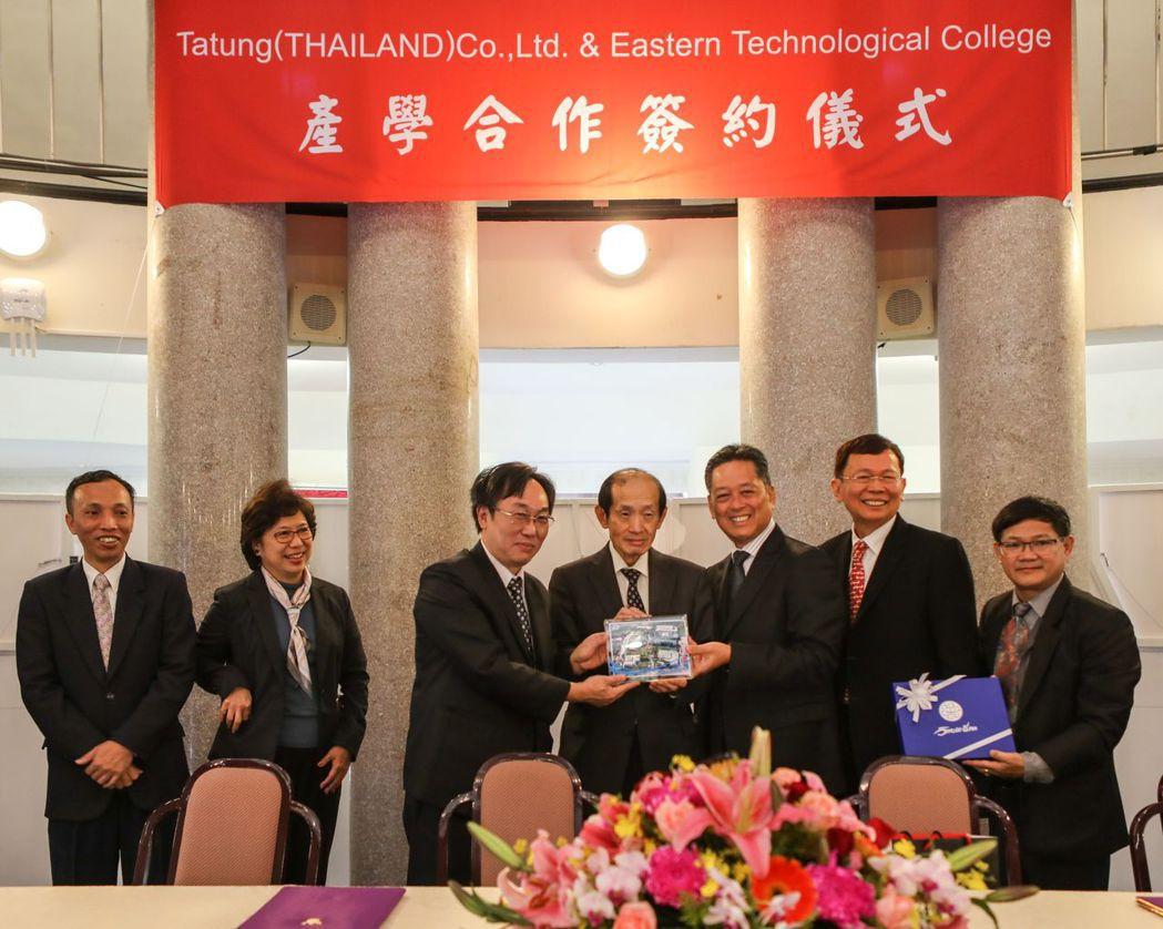 大同泰國公司與泰國東方科技學院完成簽約儀式,左二起為 泰國商務處長陳春蘭、 大同...
