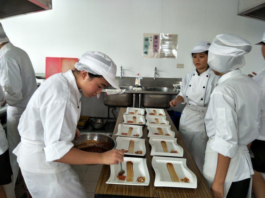 後場學生們在廚房忙進忙出,將精緻餐點送出。記者謝進盛/攝影