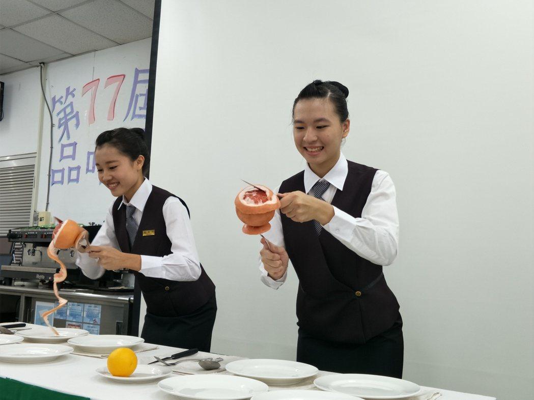國立曾文家商餐飲成果發表會,安排學生水果切割表演好吸睛。記者謝進盛/攝影