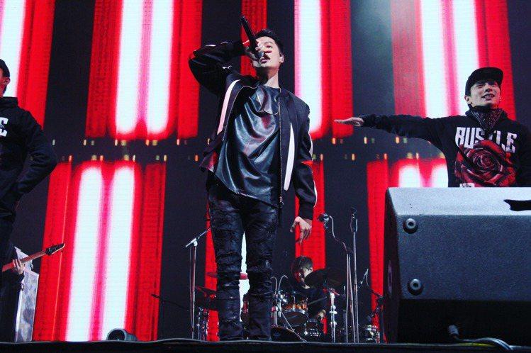 周湯豪(Nick)結束9月在台灣的「帥到分手PARTY TOUR」演唱會後,11月開啟首次巡演,第一站選在北京舉行,在無大肆宣傳的情況下完售,粗估吸金近800萬台幣。他將舞台原汁原味幫到當地,但「角...