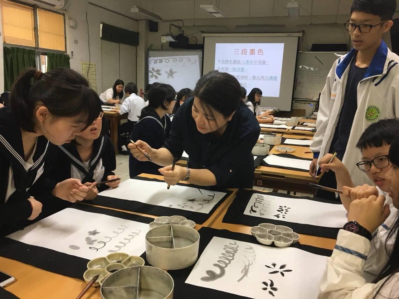 桃園市八德區永豐高中,今天迎接姊妹校的東京都立八潮高校來訪,體驗書法藝術創作。圖...