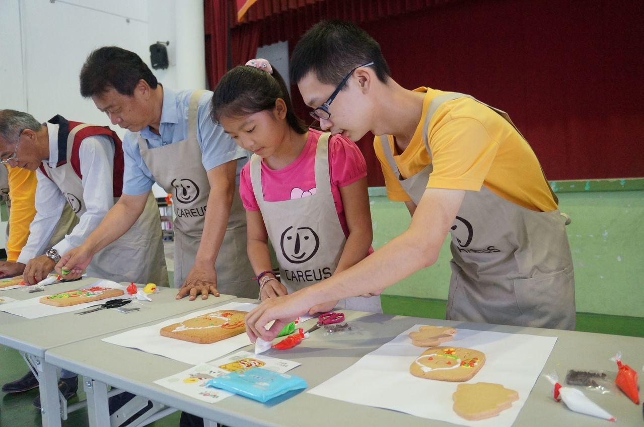 憨兒們到美濃東門國小和師生一起彩繪餅乾。記者王昭月/翻攝