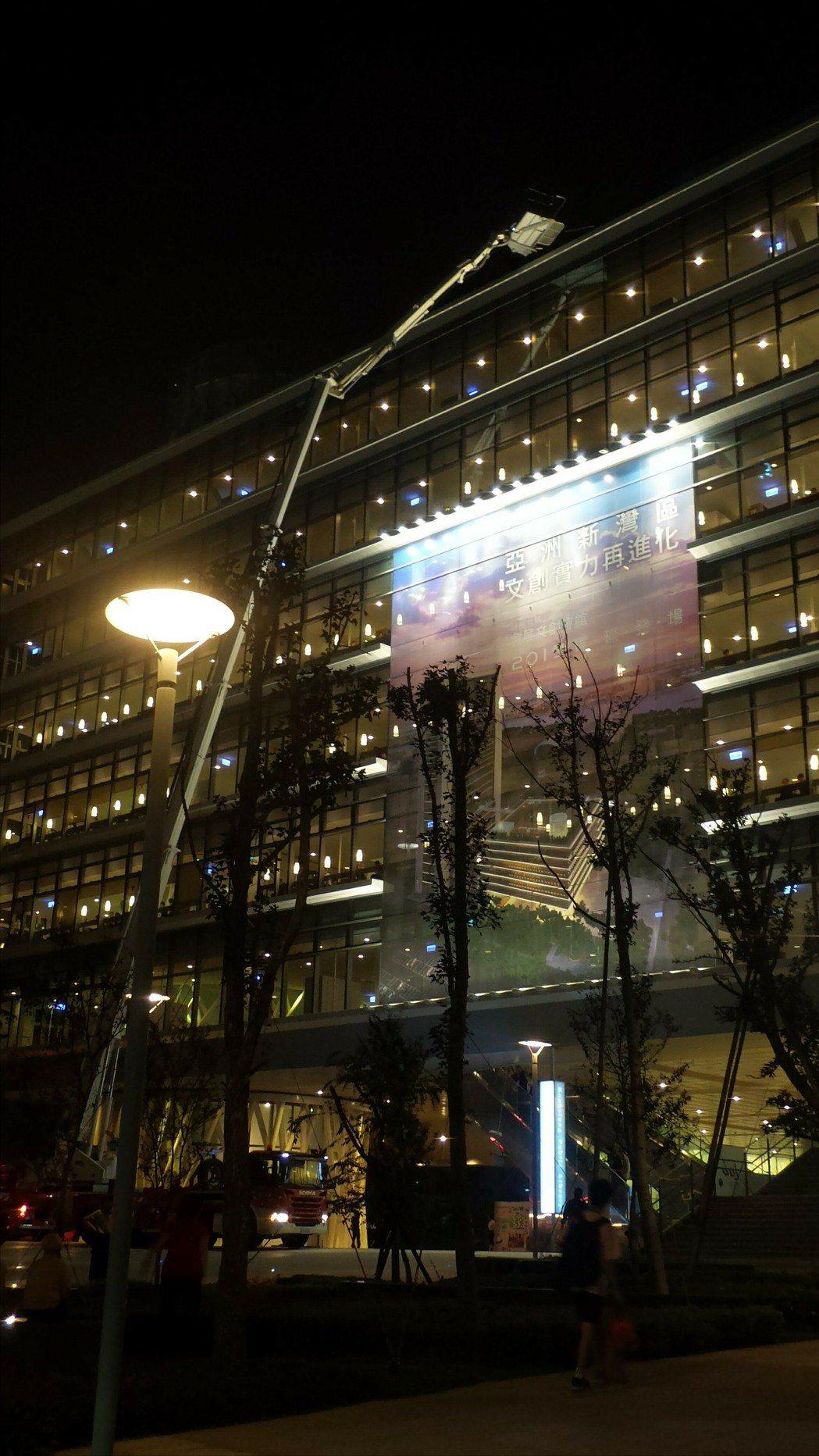 高雄市立圖書館今天有女子要跳樓尋短,消防局出動雲梯車戒備。記者林保光/攝影