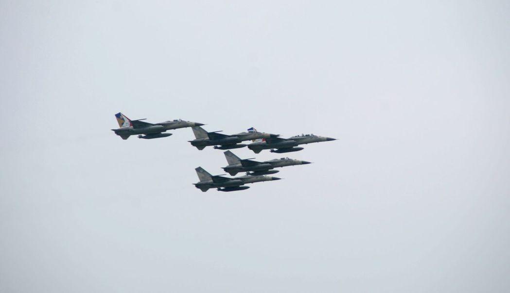 台南空軍基地-443戰術戰鬥機聯隊的戰機操演,為軍事迷所津津樂道。圖/報系資料照