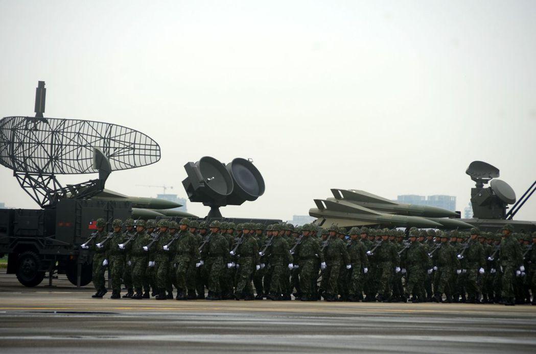 空軍防空暨飛彈指揮部於9月編成典禮上,展示國軍先進防空砲兵武器裝備。圖/報系資料...