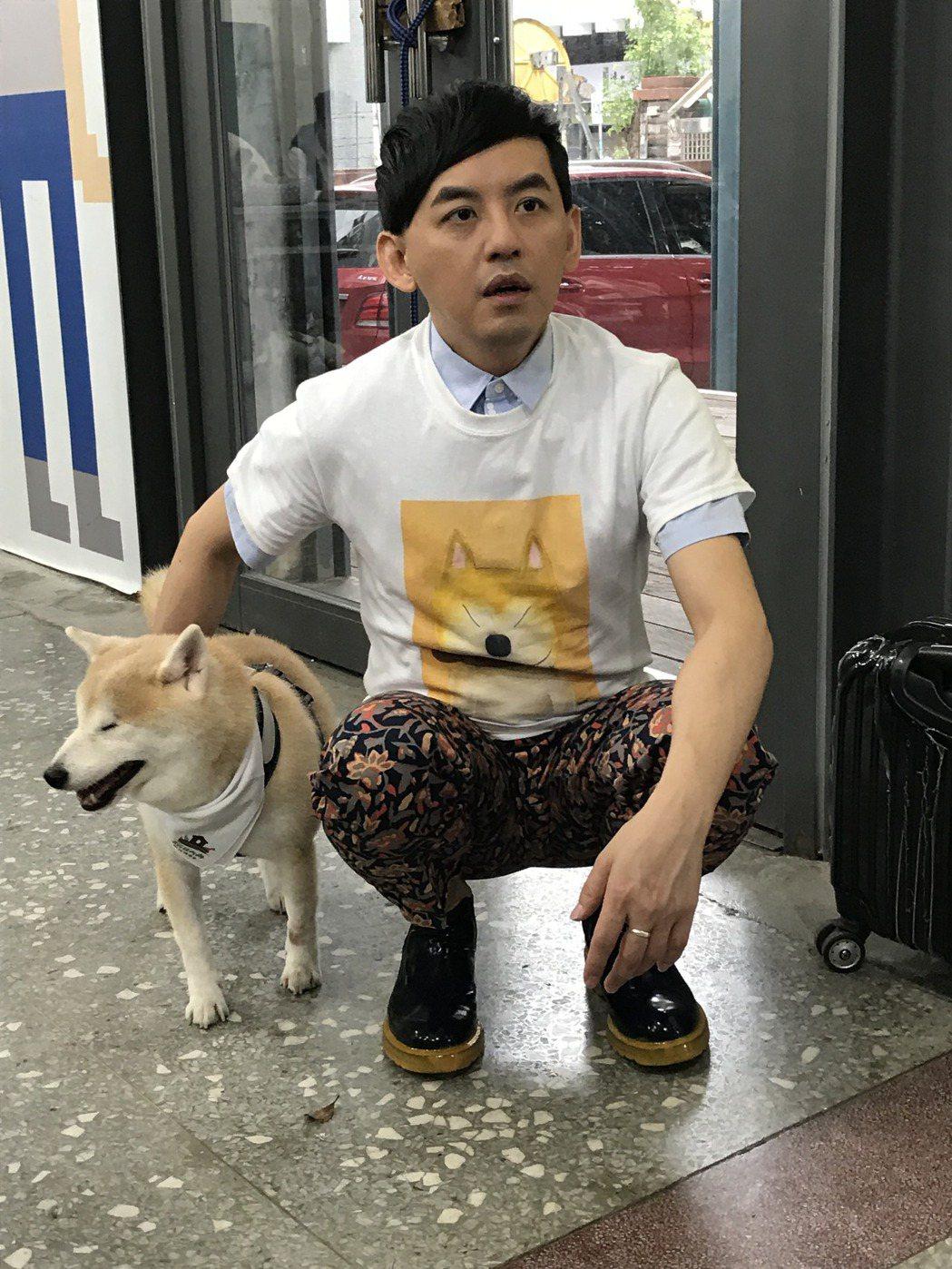 黃子佼跟盲犬一起參加公益活動。記者葉君遠攝影