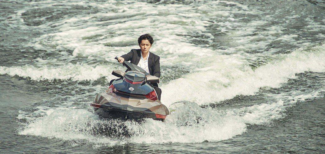 福山雅治在「追捕」帥氣駕駛水上摩托車。圖/華映提供