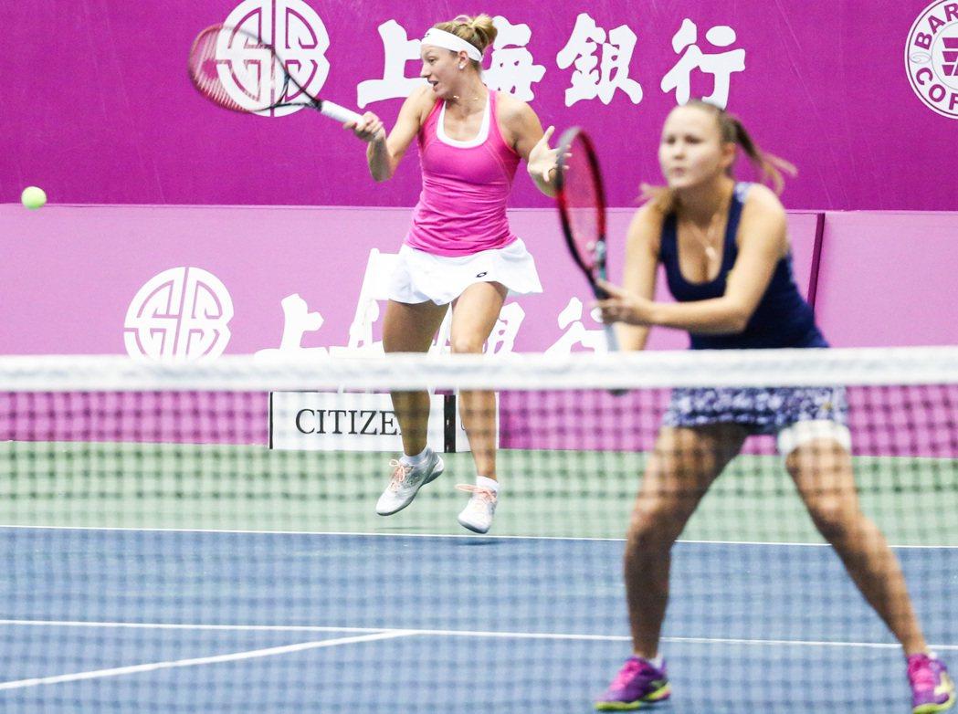 蘿蒂娜(右)和比利時的薇克梅兒打下雙打勝利。 記者鄭清元/攝影