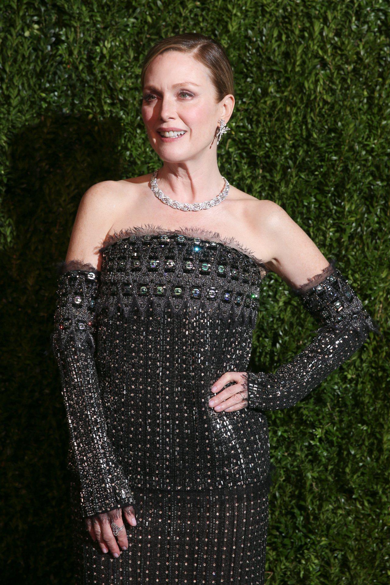 奧斯卡影后茱莉安摩爾接受紐約現代博物館第十屆電影慈善晚會表揚。圖/香奈兒提供