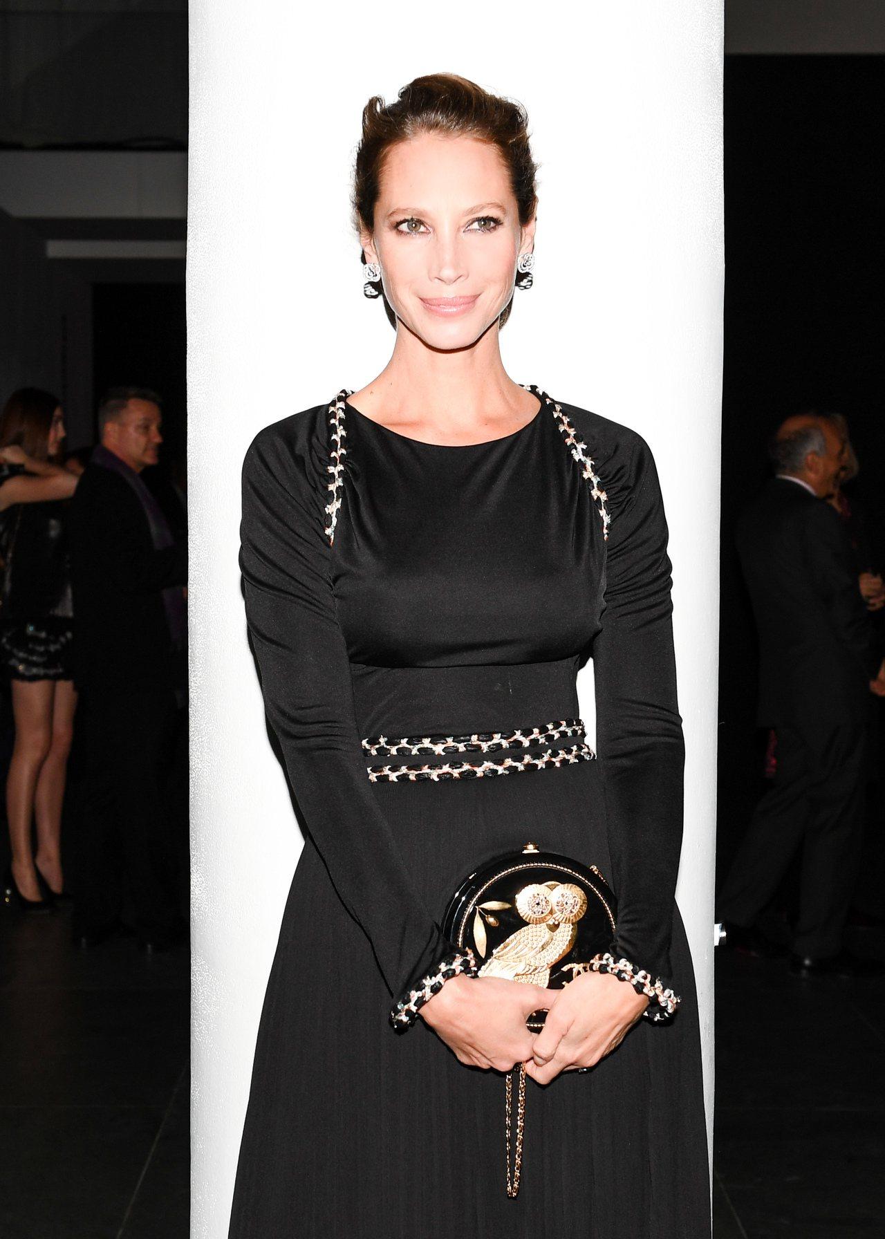 傳奇超模克莉絲蒂杜靈頓也穿著香奈兒2017/18 Cruise度假系列黑色真絲上...
