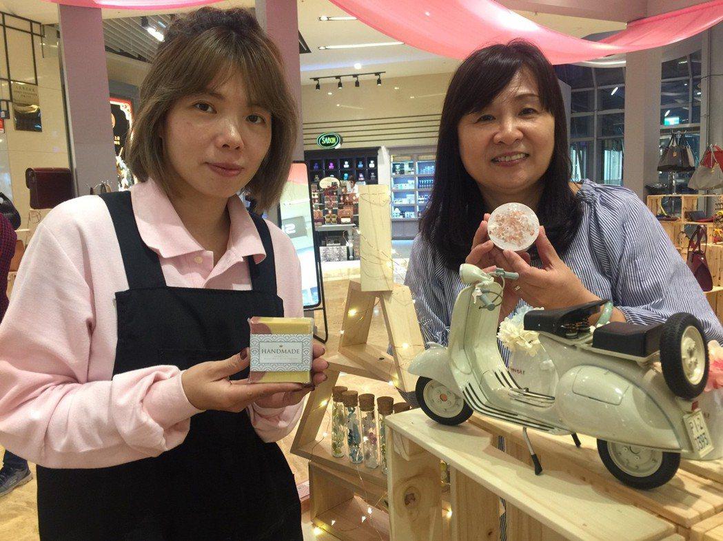 蘇靜宜(左)罹患創傷症候群,在陳宛青(右)陪伴,做手工皂走出傷痛。記者郭宣彣/攝...