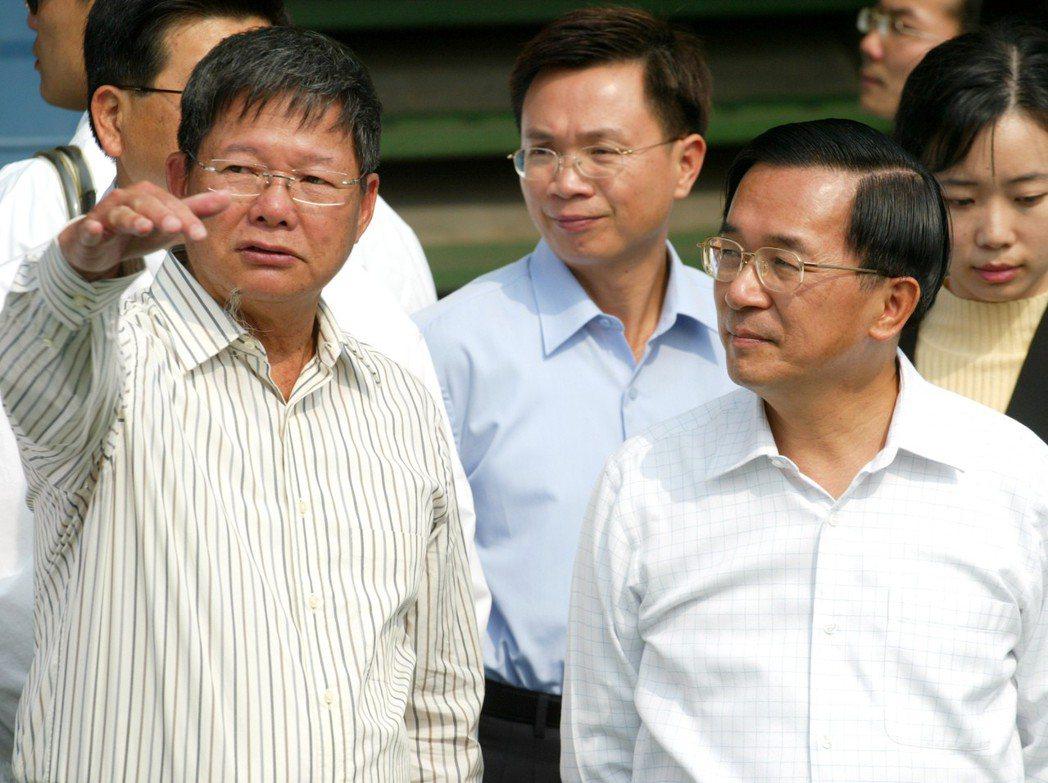 2006年,慶富造船董事長陳慶男(左)與前總統陳水扁(右)。 本報資料照