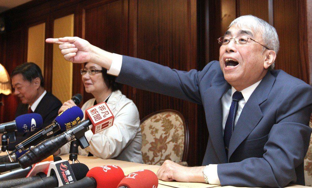 2013年,太流前董事長李恆隆(右)舉行記者會對外宣告他才是擁有SOGO經營權的...