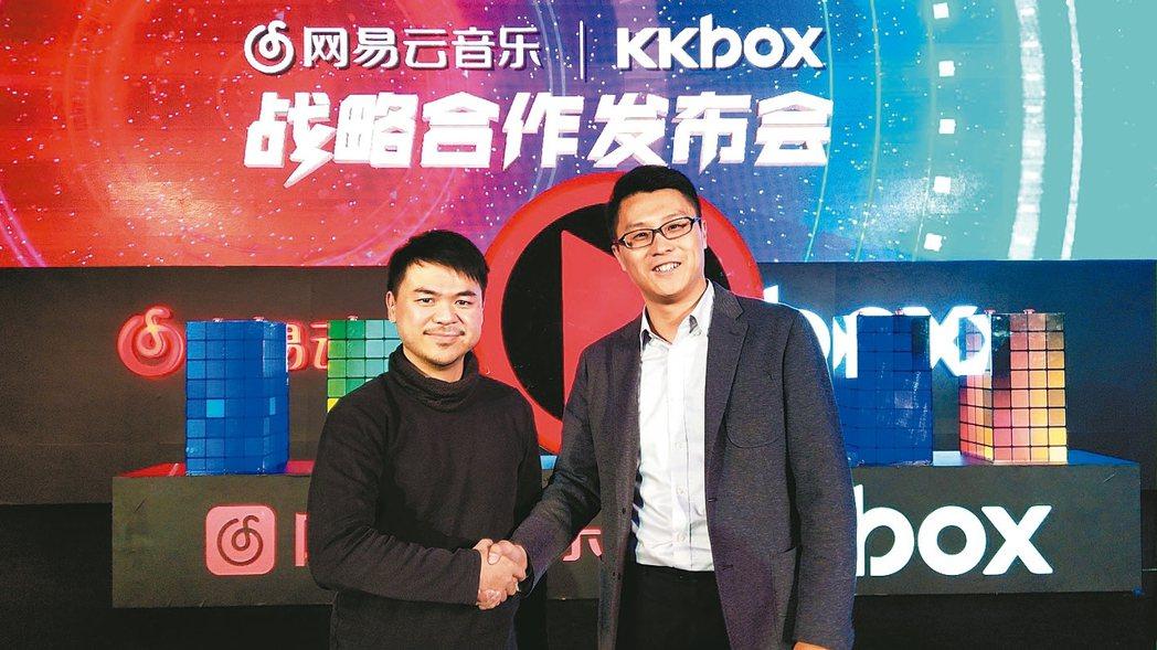 網易雲音樂執行長朱一群(右)與KKBOX執行長林冠宣布雙方戰略合作,打造全球最大...