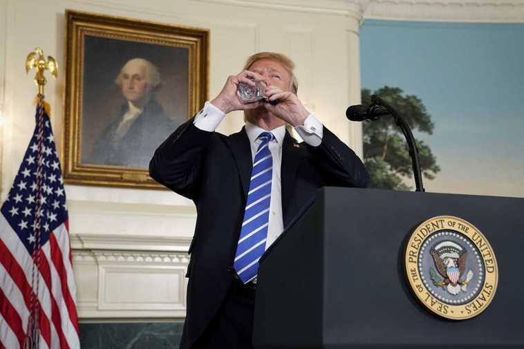 川普記者會用水瓶喝水。 路透社