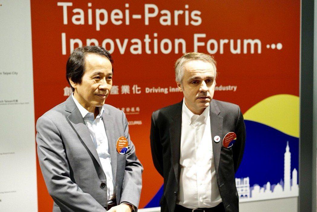林欽榮副市長(左)與法國在台協會紀博偉主任(右)受訪時指出,經過無人小巴試行、白...
