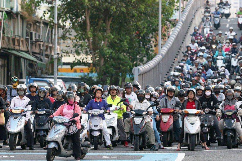 目前法律規定,無論市區郊外,無論機車汽車,最高速限原則上就是50公里。 圖/聯合...