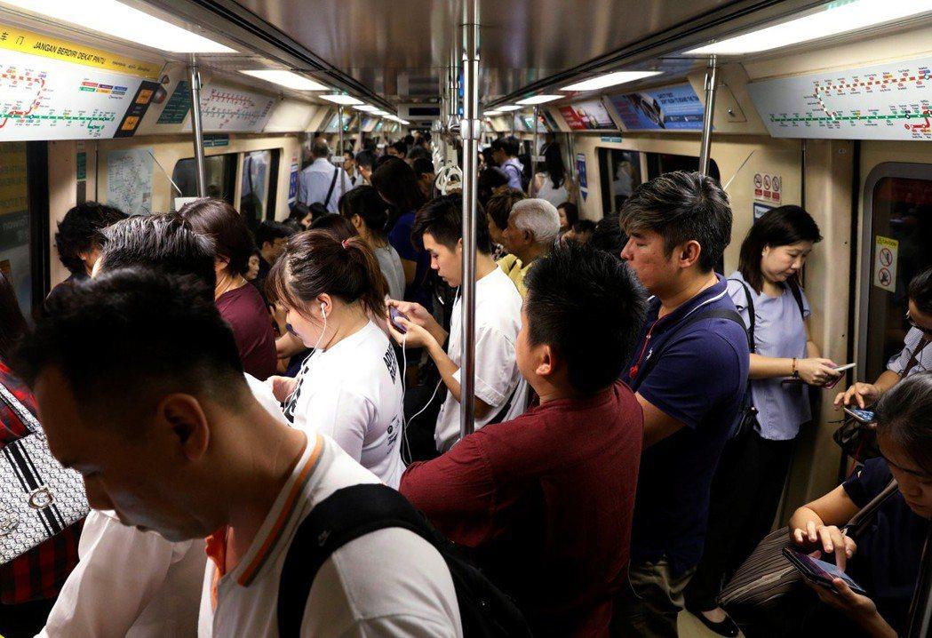 訊號異常,兩小時故障;暴雨淹水,停擺20小時——這是新加坡地鐵的常態。 圖/...