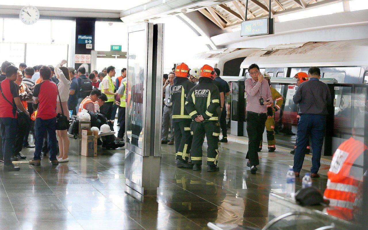 """""""2017年11月15日早上8点18分,尖峰时刻,新加坡地铁""""又""""发生碰撞意外。<p"""