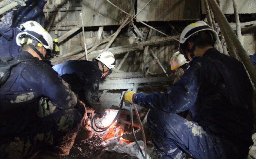 2016年的3月,維修人員接收到勘查需求進入軌道,卻被地鐵撞死。 圖/路透社