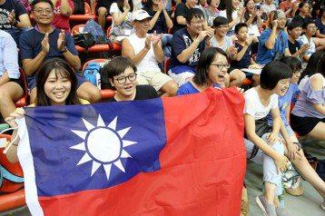 世大運賽事期間,民眾在看台熱情揮舞國旗為選手加油。 圖/聯合報系資料照