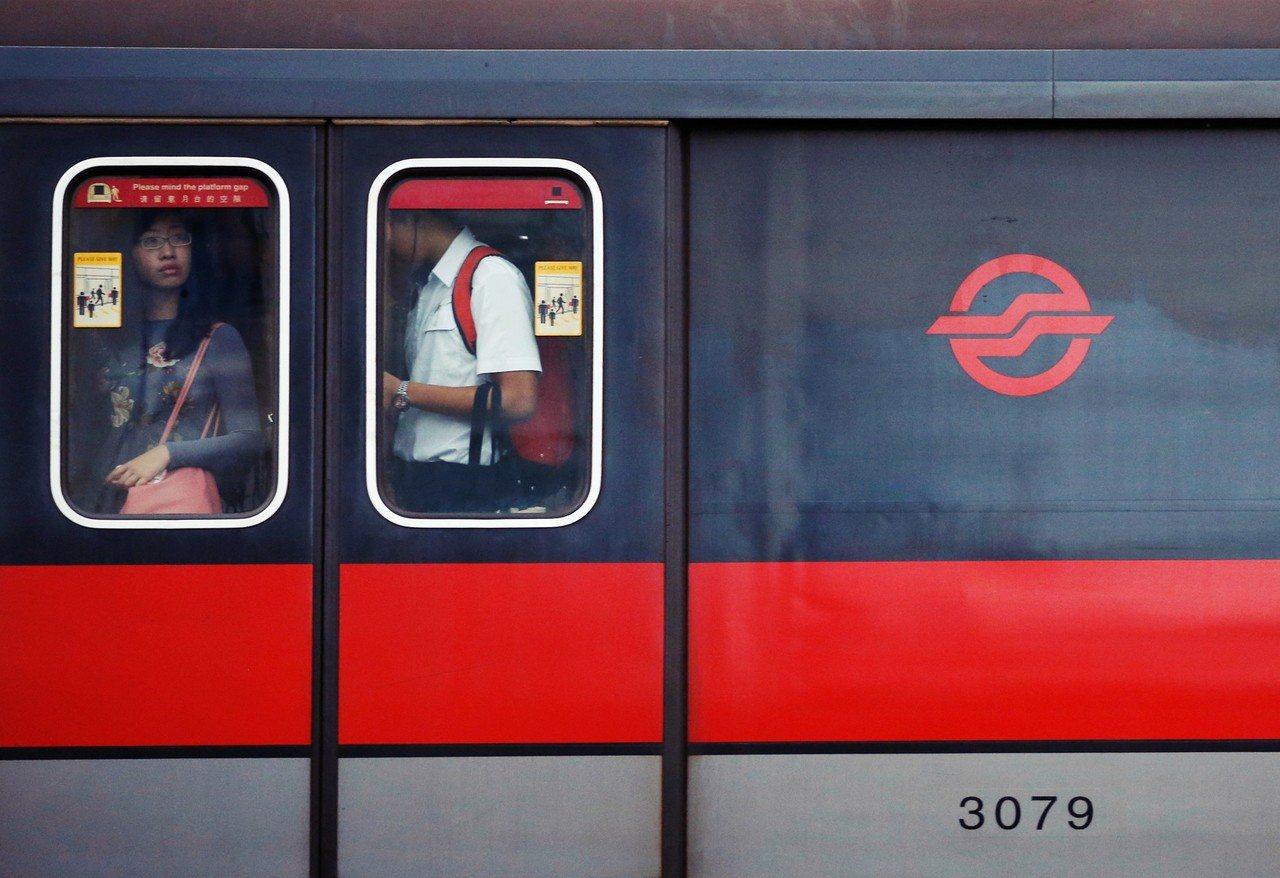 """自2015年开始,新加坡地铁像是""""中邪""""一样,三天两头就因各种原因系统异常,导致..."""