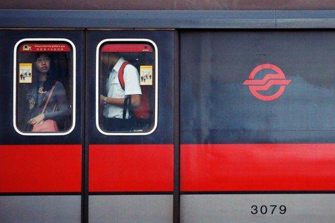 自2015年開始,新加坡地鐵像是「中邪」一樣,三天兩頭就因各種原因系統異常,導致...