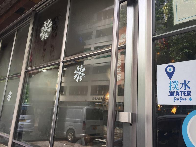 由香港人自行創辦的手機應用程式「撲水」,提供城市中免費提供飲用水的地點,有商店更...