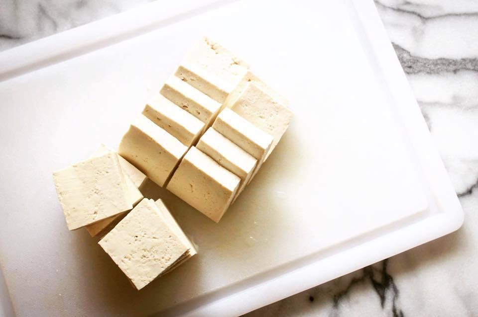 豆腐別切太薄,翻面時容易破碎,口感也不如厚切的豆腐塊來得好。