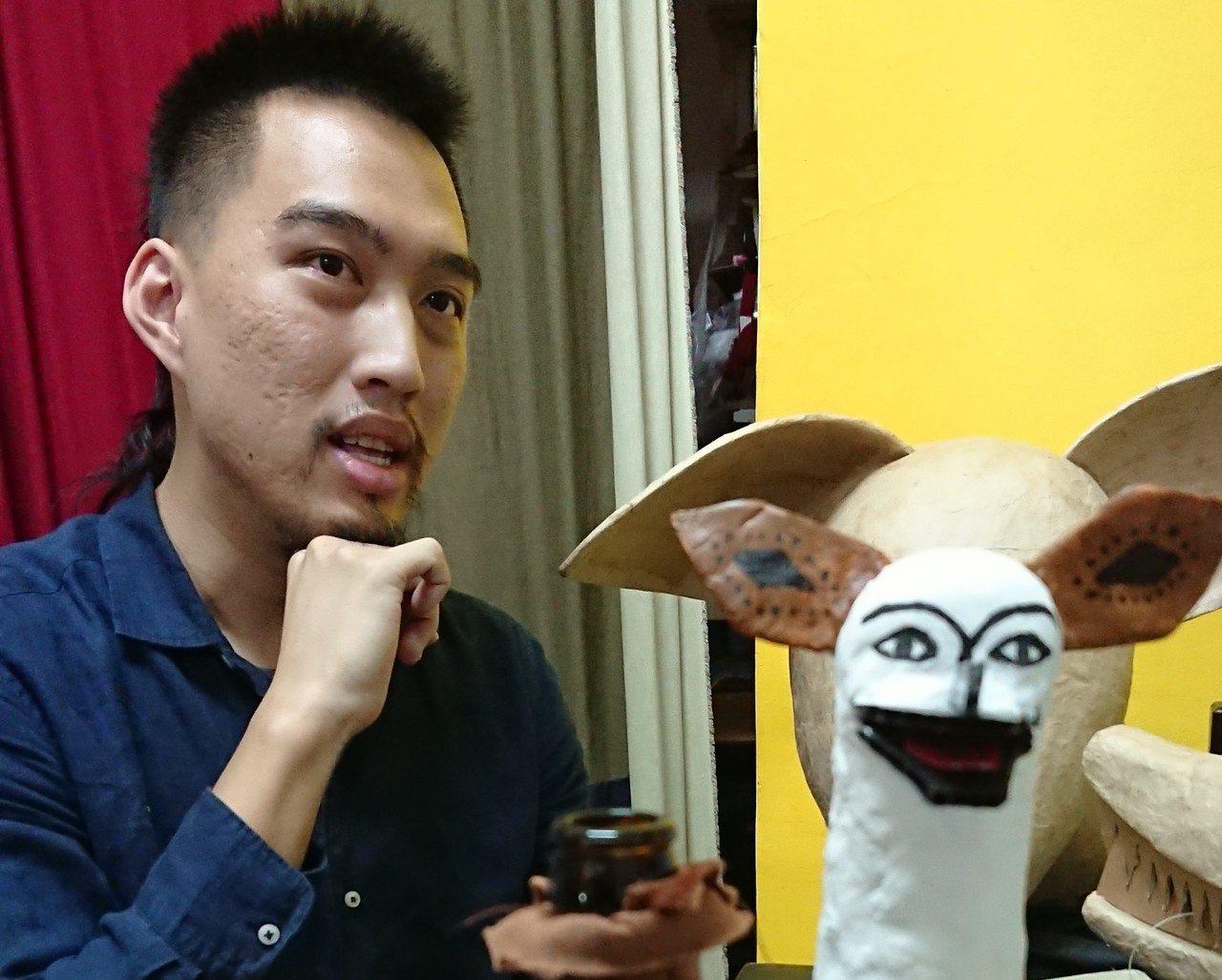 少數具有製偶能力的操偶演員陳佳豪。 攝影/盧婷婷