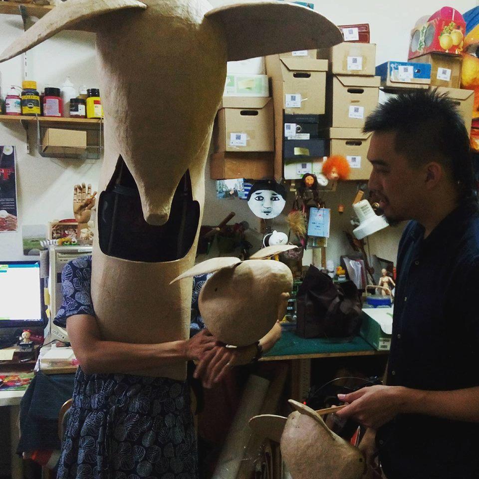 製偶的步驟之一,與操偶師試試看偶的狀態,再調整與修改。 圖/飛人集社劇團提供
