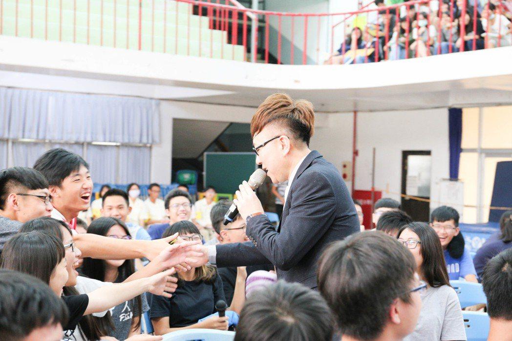 當過國中校長的王萊,演唱時與台下學子親切互動,學生反應熱烈。記者張世雅/攝影